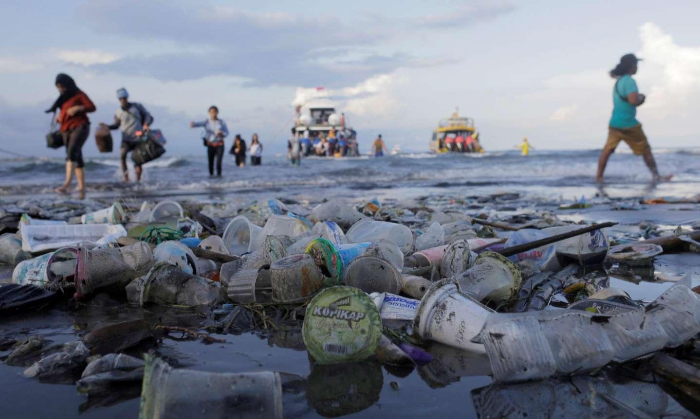 Бали планира туристически данък, за да се справи с пластмасовото замърсяване