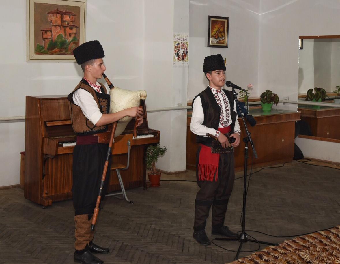 Широка лъка събра на фолклорен конкурс деца от цяла България