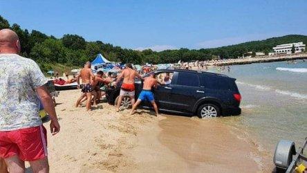 Глобяват концесионера на плаж Перла заради нагазил във водата автомобил