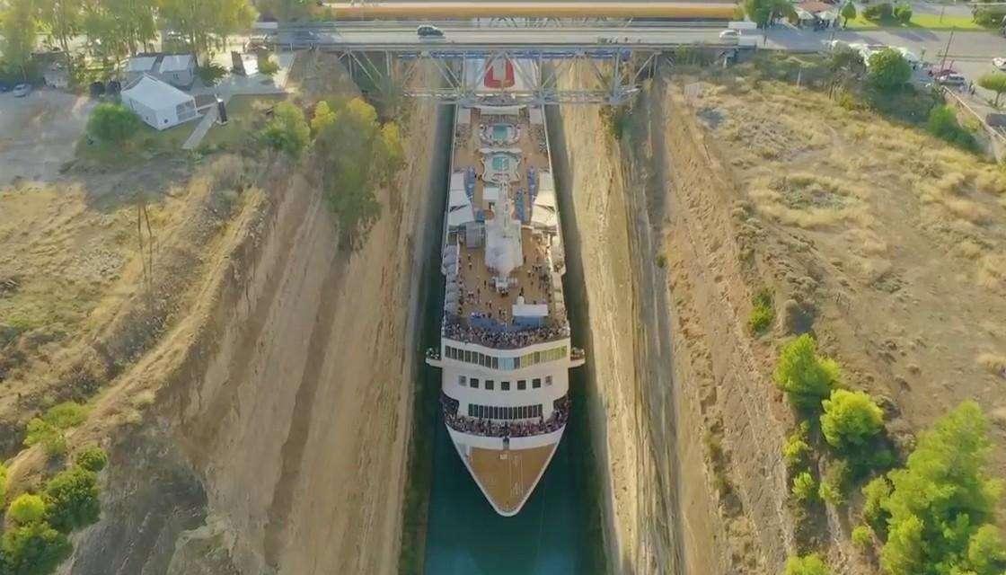 Вижте как круизен кораб се промушва през тесния Коринтски канал