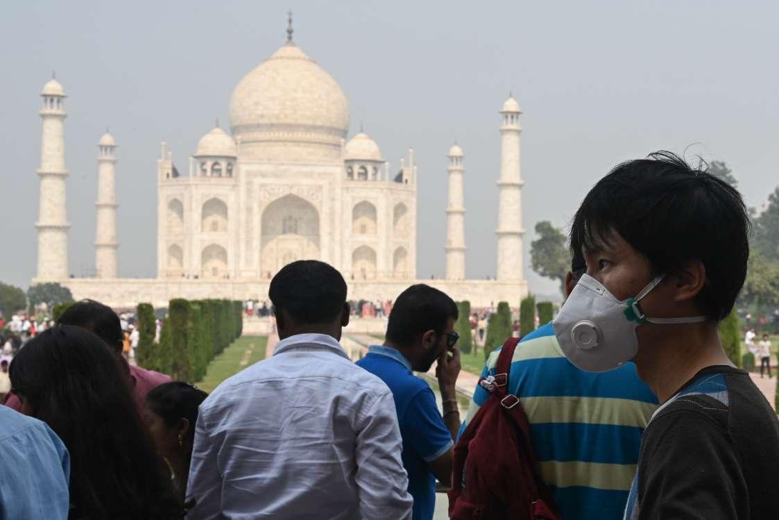 Туристите продължават да се стичат в Тадж Махал въпреки замърсяването