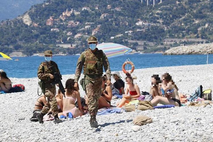 На плажа в италиански курорт армията следи за коронавируса