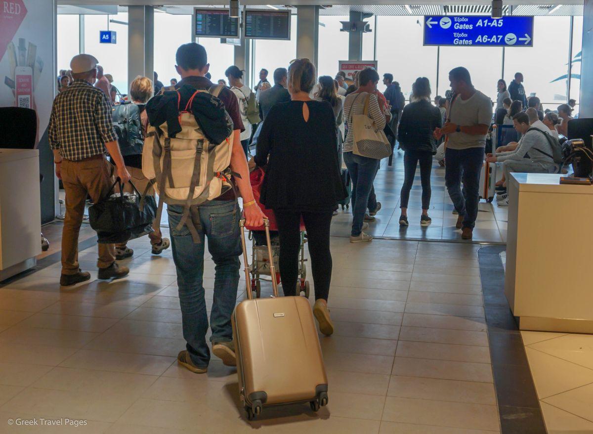 Гърция ще допуска туристи с имунизация или с отричателен PCR тест