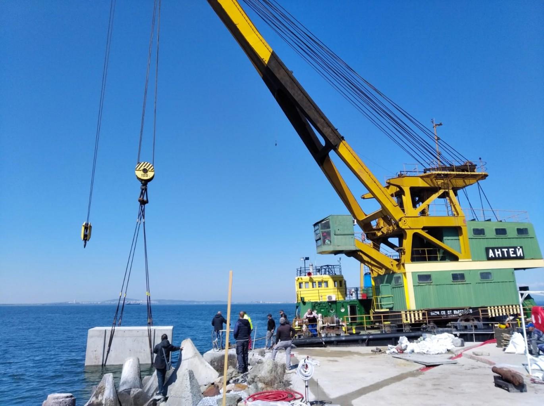 Пристигна плаващият кран, който ще работи по разширяването на пристана на остров Света Анастасия