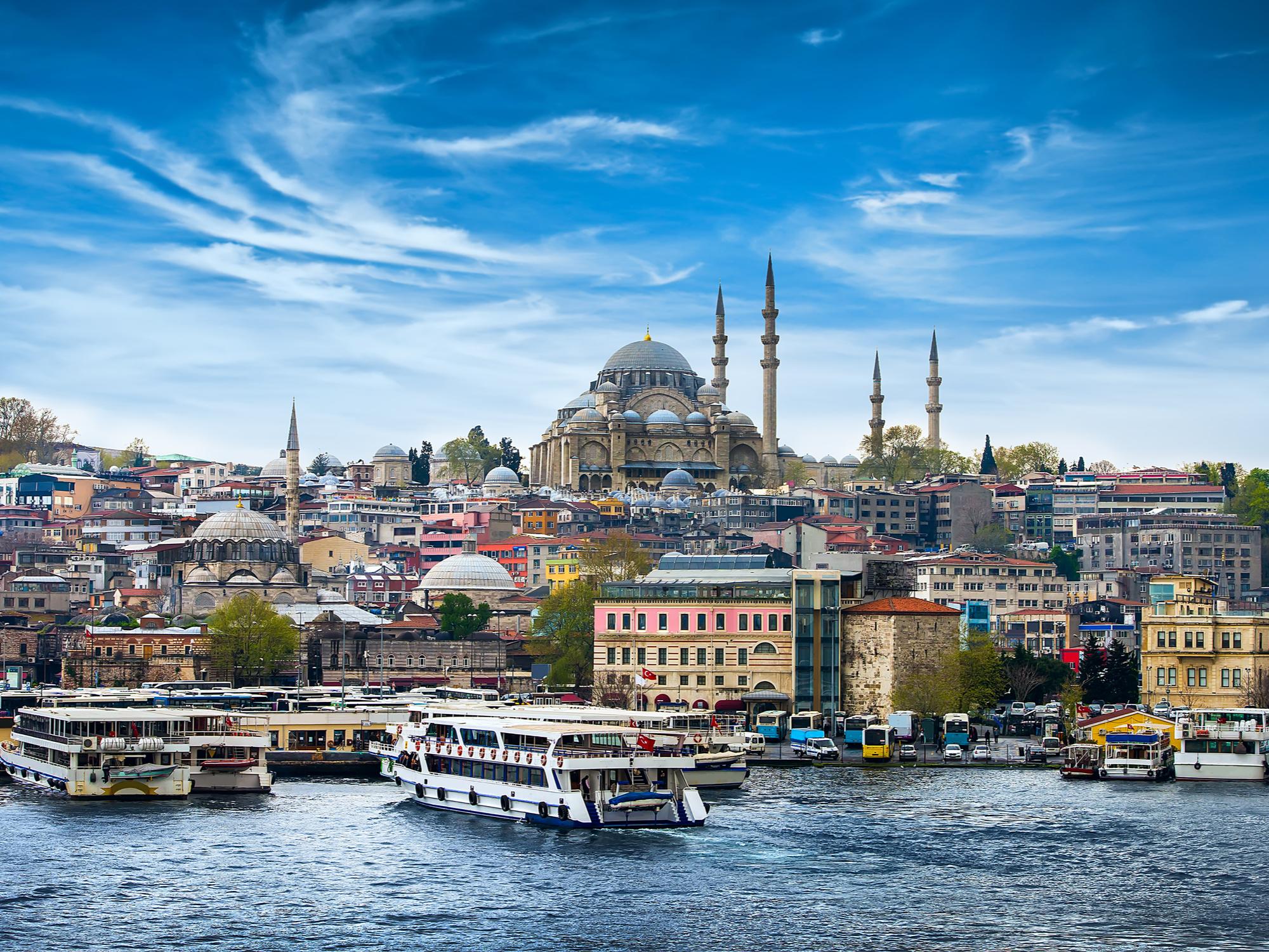 Турция освобождава чуждестранните туристи от продължаващия в страната комендантски час