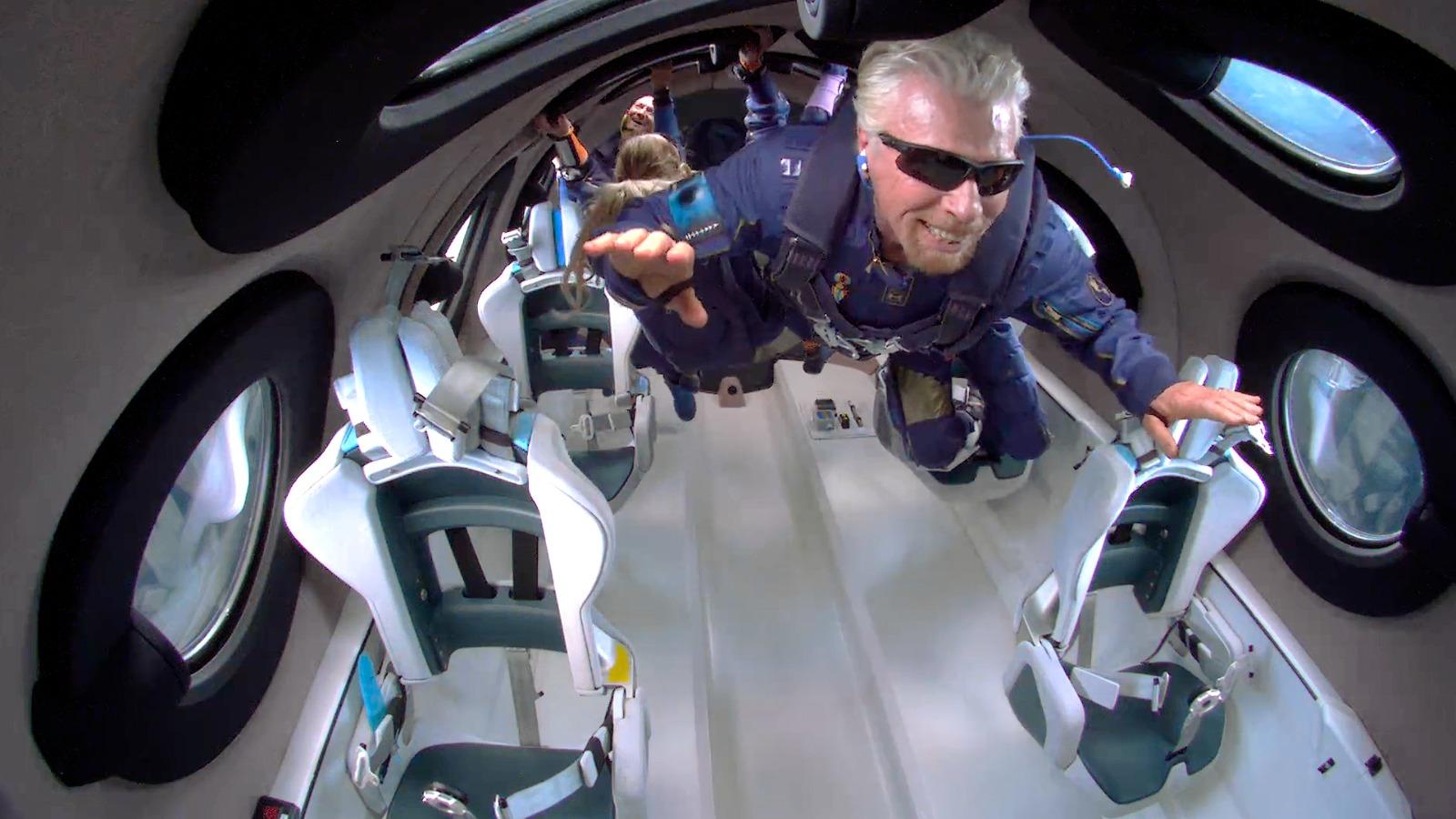 Милиардерът Ричард Брансън успя първи сред събратята си по богатство да пътува в космоса