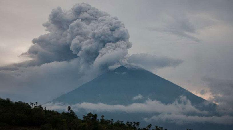 Вулканът Агунг изригна отново на Бали