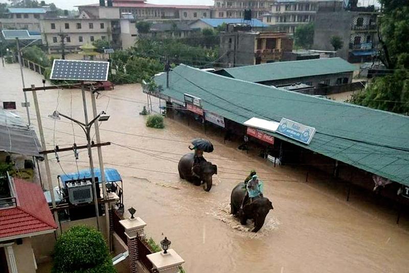 Туристи са блокирани в централната част на Непал заради наводненията