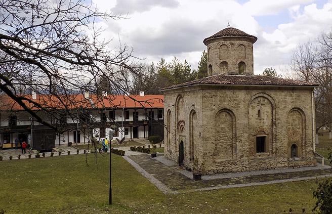 Туристи търсят тайни знаци в Земенския манастир