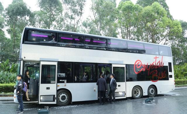 Автобус-ресторант предлага на туристите вечеря по времене на обиколка на Хонконг
