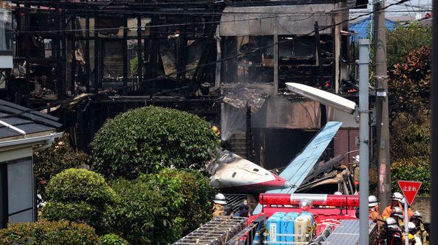Малък самолет с туристи падна в жилищен район на Токио