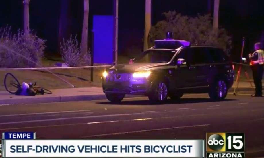 Убитата от самоуправляваща се кола жена изскочила внезапно от тъмнината