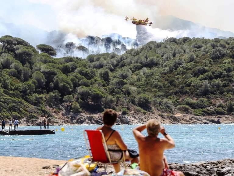 Пожари бушуват близо до курорти на остров Корсика и на Лазурния бряг