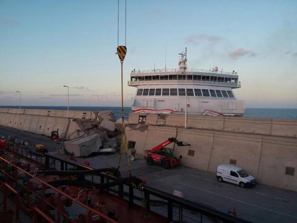 Ферибот се блъсна в пристанище на Канарските острови