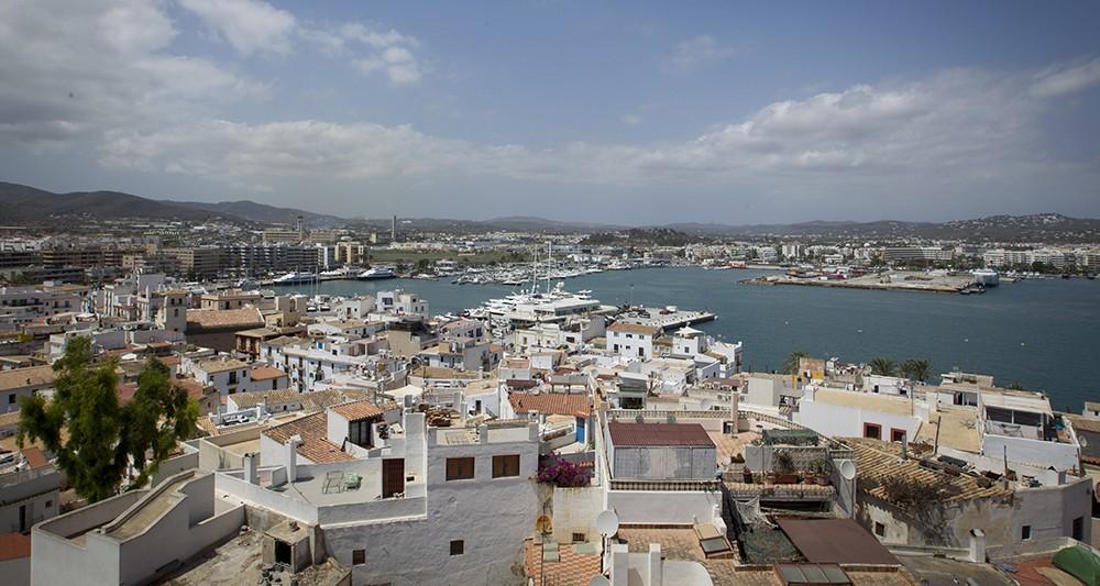 Ибиса: туристически рай за едни, ад на настаняването за други