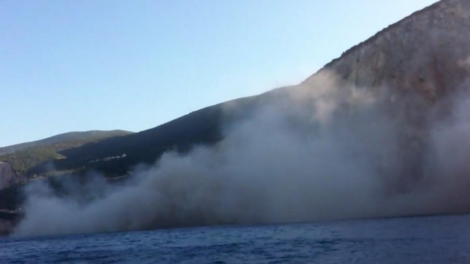 Земетресение разруши един от най-красивите плажове в Гърция