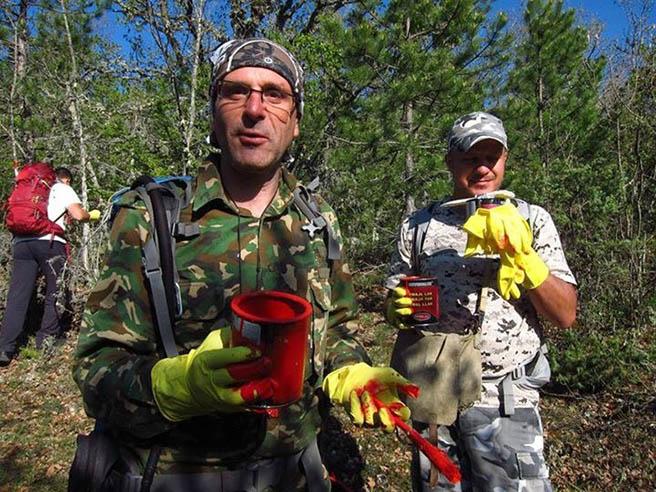 Доброволци възстановяват туристическата маркировка в Стара планина