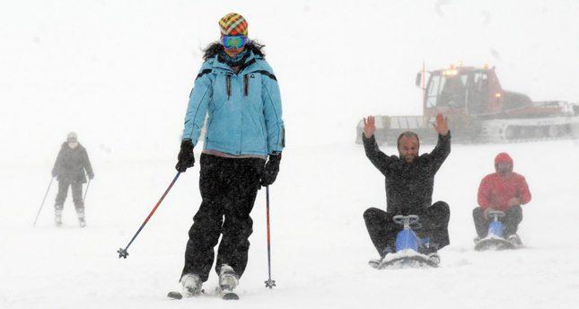 Първи сняг наваля в турски зимен курорт