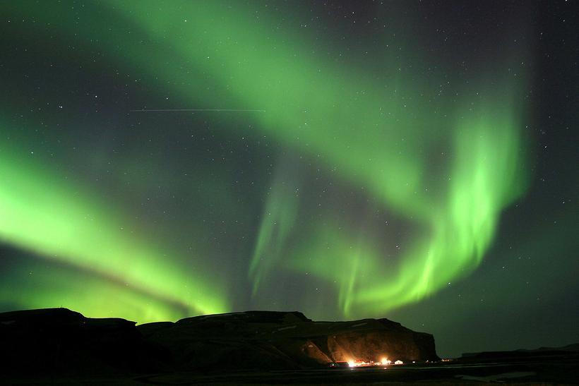 Северно сияние разсейва шофьорите в Исландия