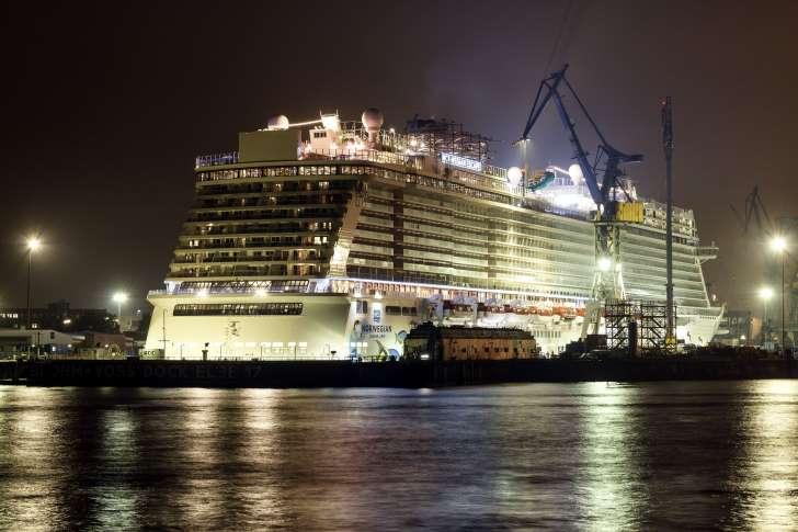 Гигантски круизен кораб отплава на първия си рейс