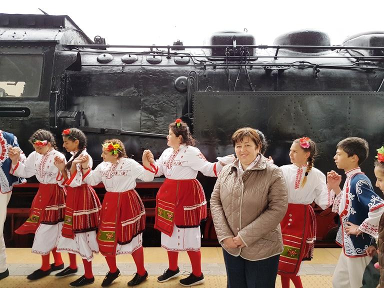 Над 1000 български туристи пътуват с влак движен от ретролокомотив