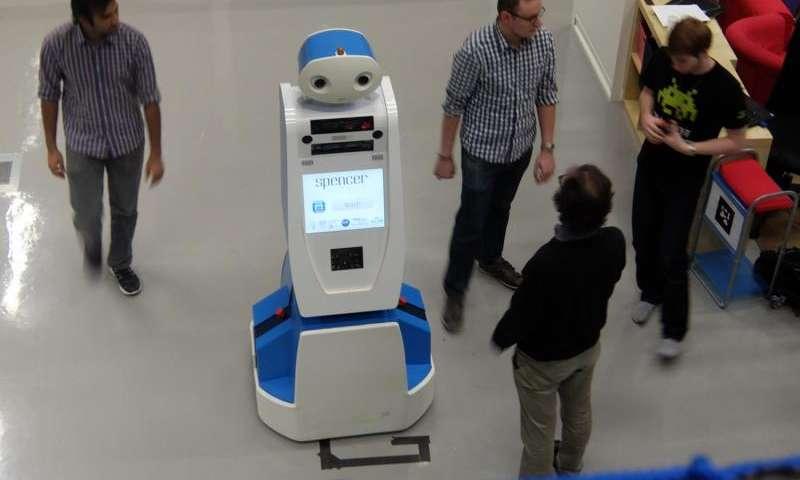 На летището в Амстердам се появи нов служител – роботът Спенсър
