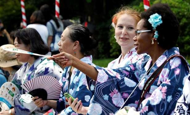 Облечени в кимоно чужденци се наслаждават на стария Токио